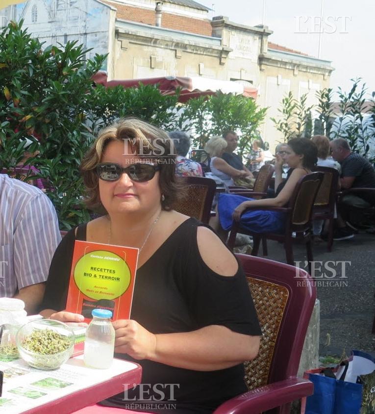 Trois auteurs autoedites ont presente leurs ouvrages samedi matin pendant le marche a la terrasse de la calorge photo j b 1528645805 1
